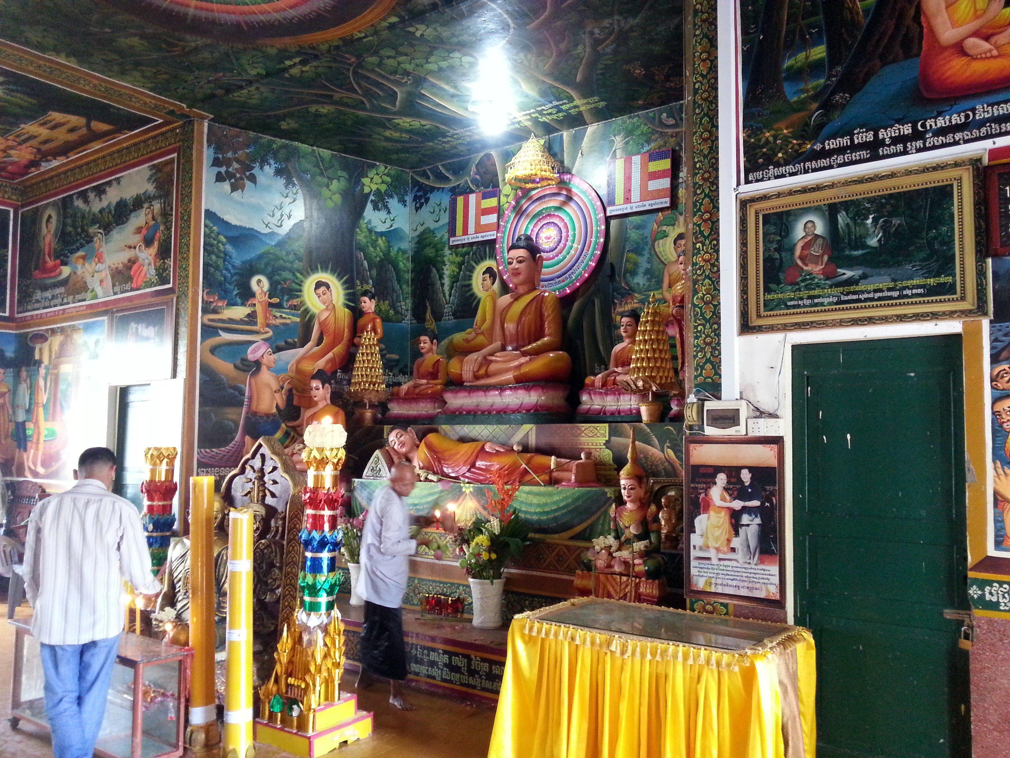 Main altar at Wat Leu